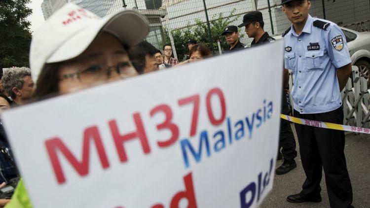 MH370: Los familiares sospechan que el hallazgo de los restos del avión podría ser un montaje