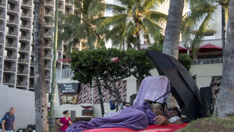 Las autoridades de Hawái no quieren que los mendigos se sientan en público