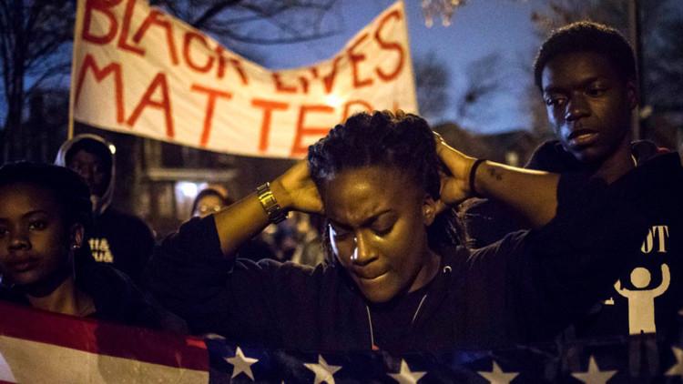 Fotos, vídeo: Manifestantes llevan una cabeza de cerdo a la Policía de Ferguson, EE.UU.