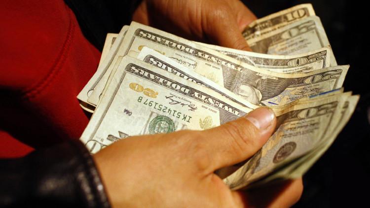 Una mujer paga 20 dólares para evitar ser violada