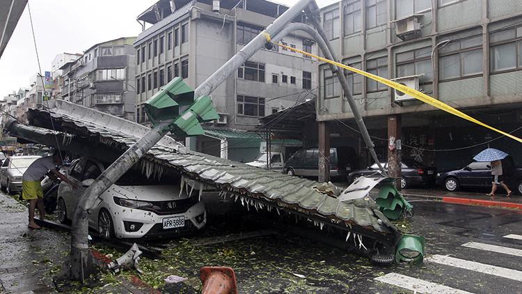 Impactantes imágenes: Un terrorífico tifón levanta aviones y hace volar vehículos en Taiwán