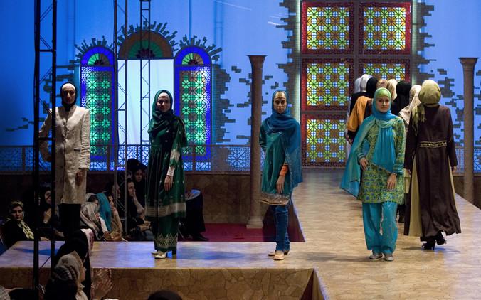 Nuevo 'ejército' de modelos: Cómo se apunta Irán a la revolución de la moda