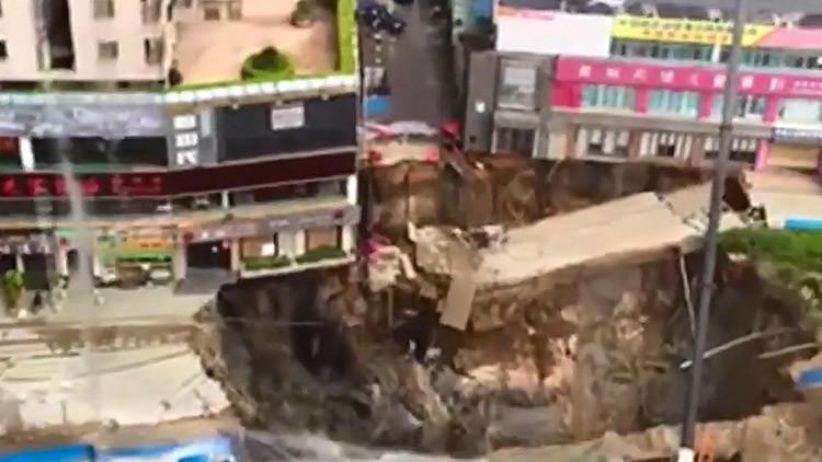 Video impactante: Una estación de metro es 'succionada' por la tierra en China