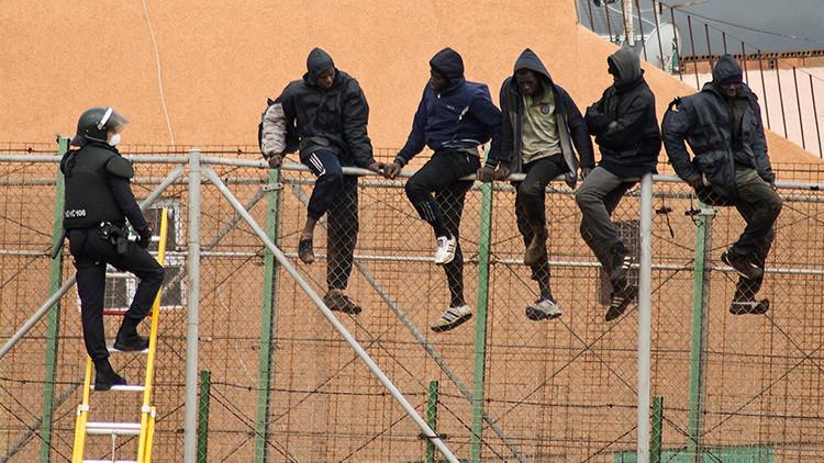 """Impactante foto: Así han sido rescatados 3 inmigrantes subsaharianos en """"estado límite"""" en España"""