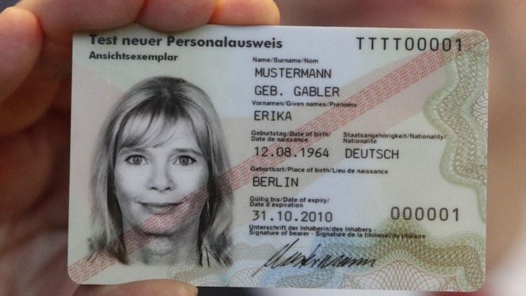 Alemanes calientan en el microondas sus tarjetas de identidad para evitar el espionaje de EE.UU.