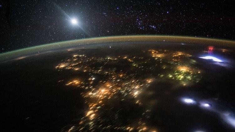 FOTO: NASA captura un misterioso gigante cúmulo rojo en el cielo sobre México