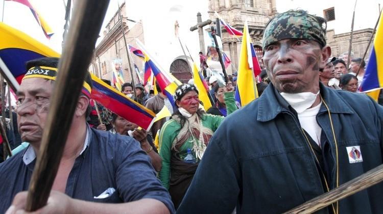 Ecuador: Indígenas armados con lanzas hacen huir a la Policía (Video)