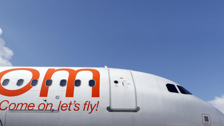 Imágenes dramáticas de abuso policial contra un pasajero a bordo de un avión en Reino Unido