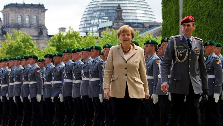 Angela Merkel frente a una unidad del Bundeswehr