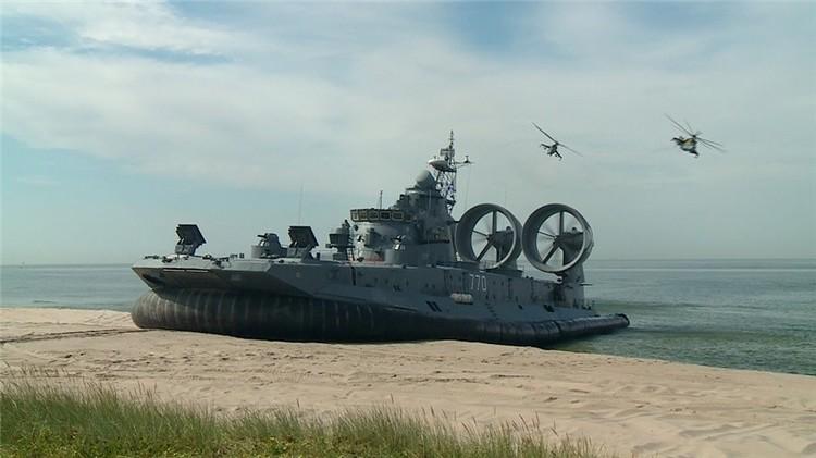 VIDEO: El aerodeslizador más grande del mundo abre un evento deportivo militar en Rusia