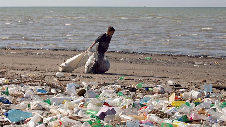 La basura que tiramos a los ríos, llega al mar y luego a la playa.