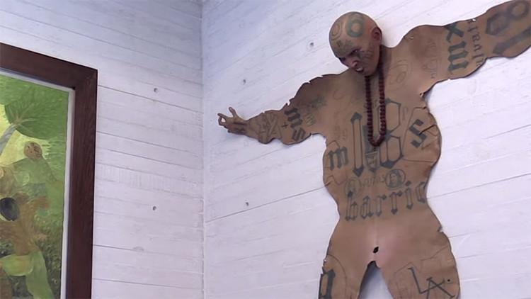 Un artista mexicano 'convierte' en arte la piel tatuada de los gánsteres