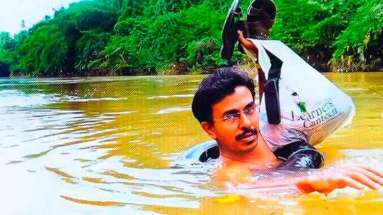 Un profesor arriesga diariamente su vida cruzando un río a nado para dar clases