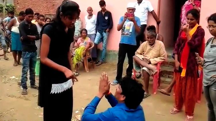 Video: Una joven india da una lección a su abusador humillándolo en público