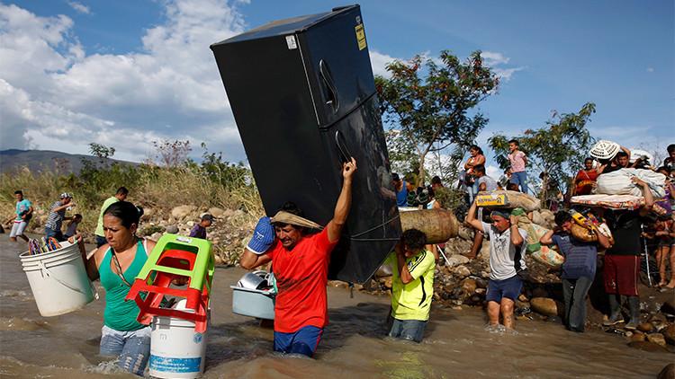 Con lo puesto: colombianos cargan lo que pueden y abandonan la zona de conflicto con Venezuela
