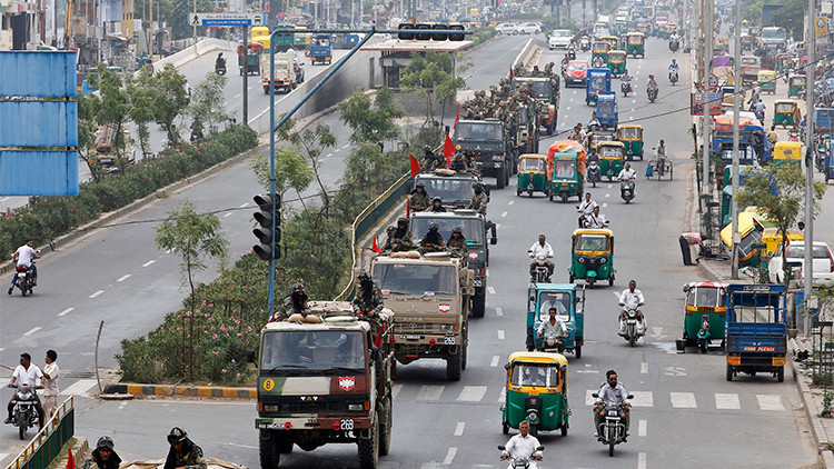 La India suspende Internet móvil a 63 millones de usuarios para evitar más protestas en Ahmedabad
