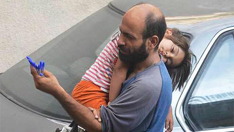 Una foto viral de un refugiado con su hija en brazos recauda miles de dólares de ayuda