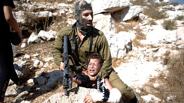 Fotos: Soldado israelí arresta brutalmente a un niño palestino