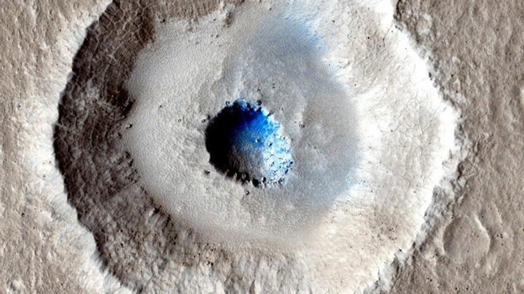 Localizan un exótico cráter marciano con un enorme bloque de hielo en el centro