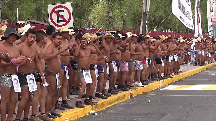 Manifestantes en contra de corrupción bailan semidesnudos en la capital de México