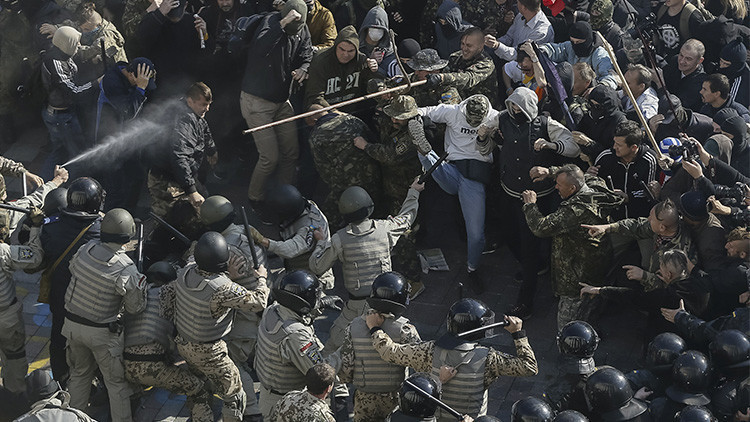Manifestantes asaltan el Parlamento ucraniano