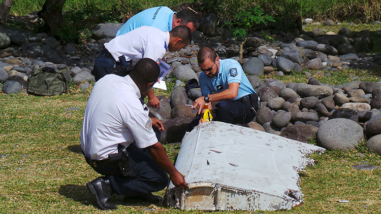 Hallan un fragmento de avión que podría pertenecer al vuelo MH370 de Malaysia Airlines
