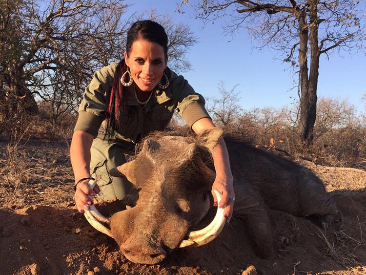 Las fotos de una cazadora estadounidense junto a animales muertos desata la indignación