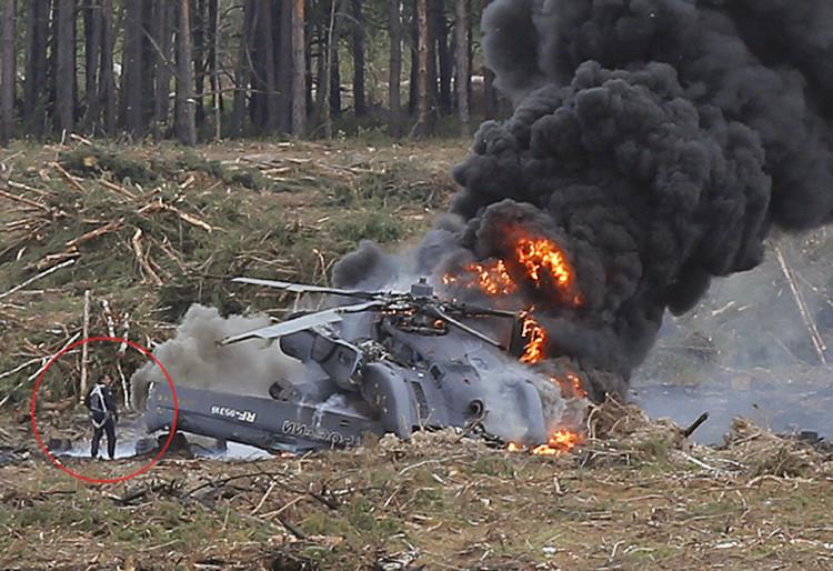 Un piloto sale con vida del accidentado helicóptero Mi-28 en llamas