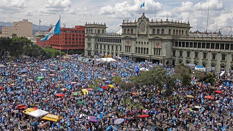 Entre protestas y caos político: ¿Por qué Guatemala 'se rebeló' contra su presidente?