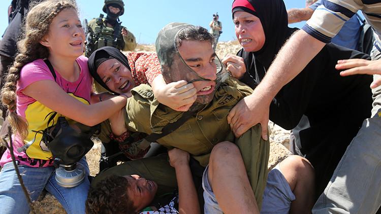 Soldado israelí arresta brutalmente a niño palestino