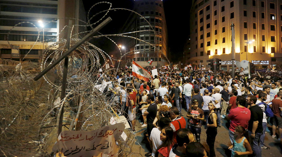 La policía libanesa dispersa una multitudinaria protesta en Beirut