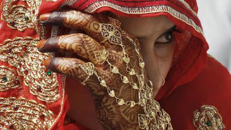 Las mujeres violadas en India 'se purifican' con una piedra de 40 kilógramos en la cabeza