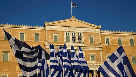 El Parlamento griego aprueba el tercer rescate de la Troika tras una maratónica sesión nocturna
