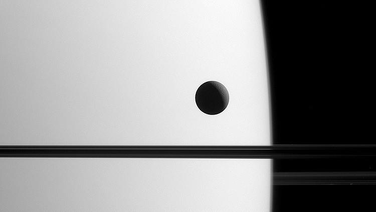 La sonda Cassini toma una imagen única de una luna de Saturno en tránsito junto a los anillos