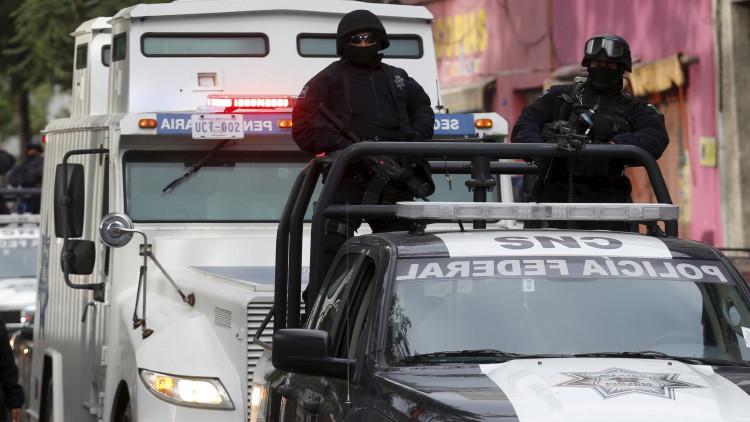 México: Despiden a policías que obligaron a dos detenidos a besarse (video)