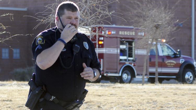 EE.UU.: La Policía entra en la casa equivocada, hiere a un hombre y mata a su perro