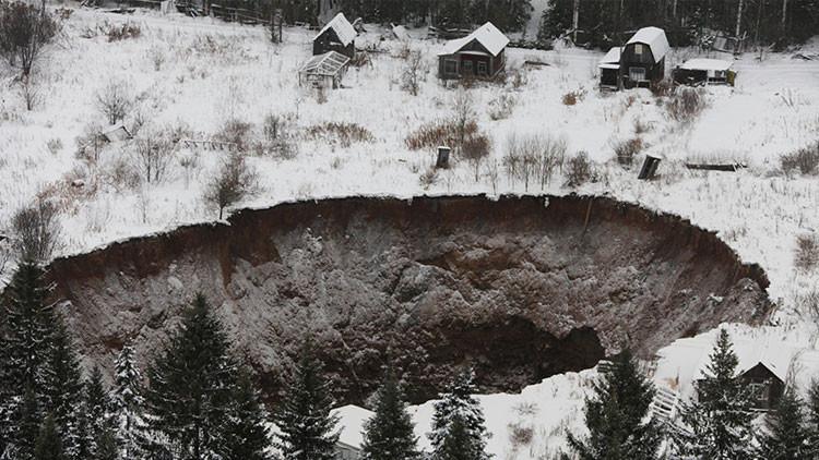 El gigante cráter 'traga casas' ruso alcanza dimensiones descomunales (Fotos)