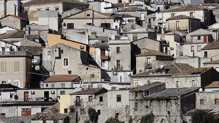 Fotos: Un pueblo italiano revierte su despoblamiento transformándose en un extraordinario hotel