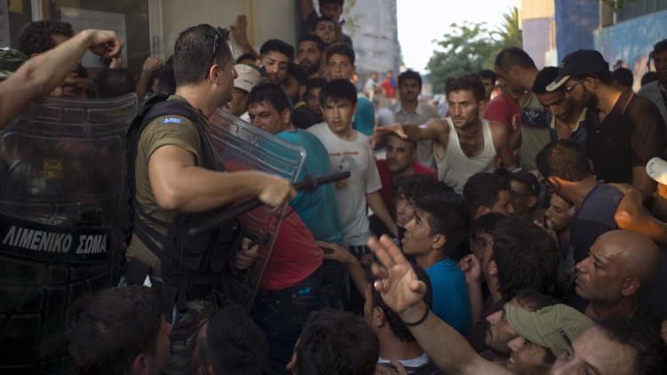 Policía griega impide con granadas de aturdimiento que afganos aborden un 'ferry' en Lesbos