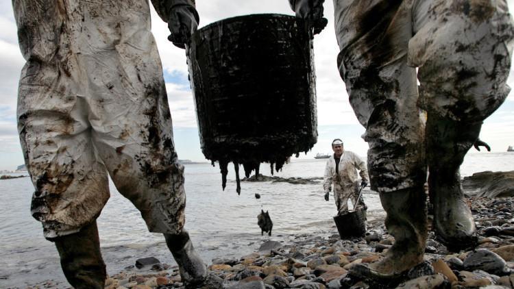 ¿Quién, cómo y para qué hunde el precio del petróleo?