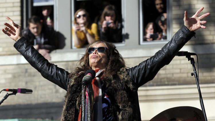 El líder de Aerosmith canta con un músico callejero en Moscú (video)