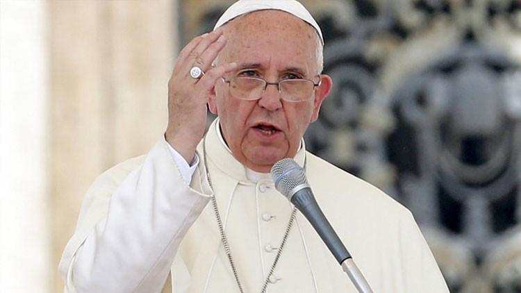 El papa acoge a familias de refugiados en el Vaticano y pide lo mismo a iglesias en Europa