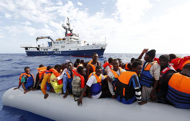 Un millonario de EE.UU. vive en un barco en pleno Mediterráneo para salvar a los inmigrantes