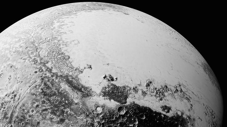 """La NASA revela fotos nunca vistas de la """"compleja"""" superficie de Plutón"""