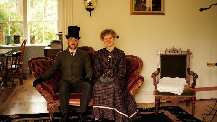 Sin móvil, coche o bombillas: Una pareja vive en la actualidad como si fuera el siglo XIX