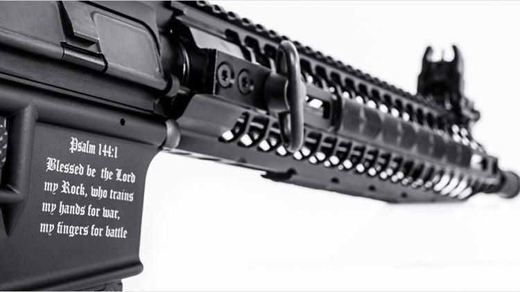 """""""Bendito sea Dios"""": EE.UU. vende el primer rifle 'cristiano'"""