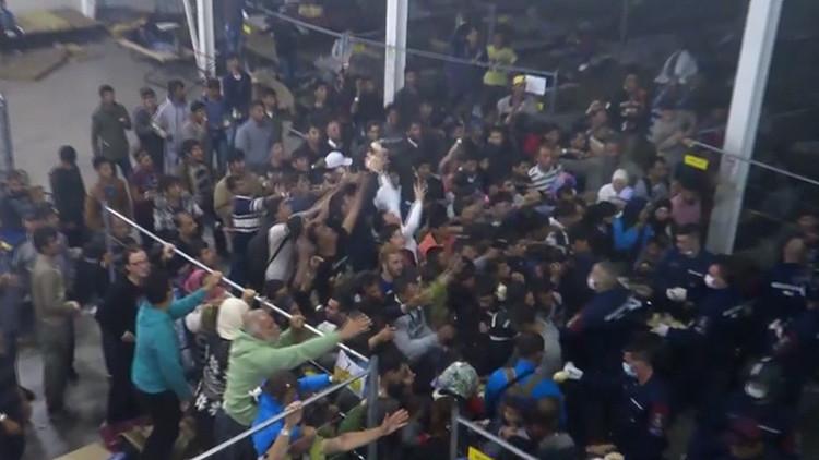 Video: La policía húngara tira comida a los refugiados como si fueran animales