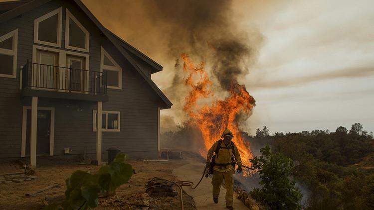 Un gran incendio fuera de control amenaza a 2.700 personas en California