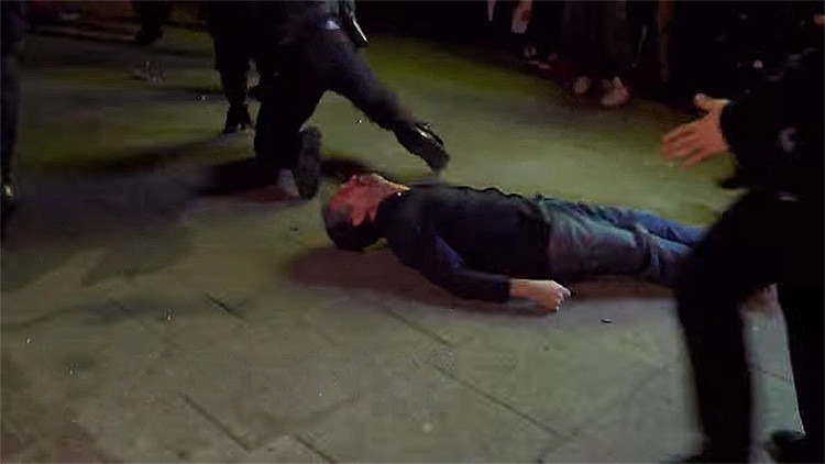 Video: La policía alemana noquea a un transeúnte inocente durante disturbios en Hamburgo