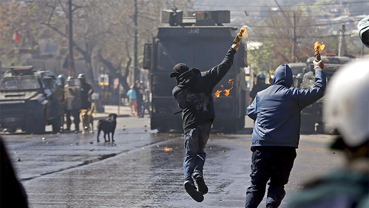 Video: La marcha por las víctimas de la dictadura en Chile acaba en violentos choques con la Policía